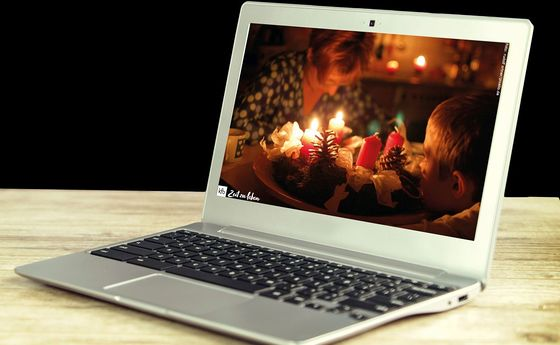 Laptop mit Adventkranz