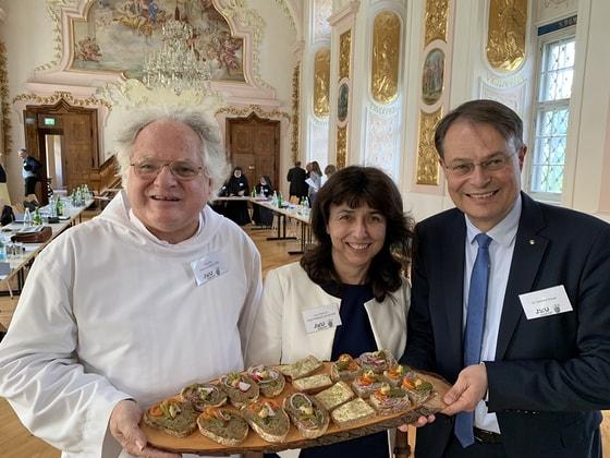 V. l.: P. Johannes Pausch vom Kloster Gut-Aich, Birgit Feldbauer-Durstmüller, Gerhard Drexel von Spar Österreich