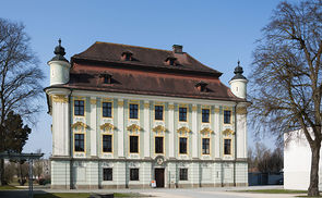 Schloss Traun, Herrenhaus (Link zum Foto: https://commons.wikimedia.org/wiki/File:Traun_Schlo%C3%9F_Herrenhaus_vl.jpg)